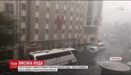 Стамбул паралізований через сильні зливи