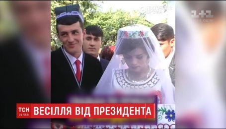 В Таджикистане учителю за посвященное президенту стихотворение нашли невесту и организовали свадьбу
