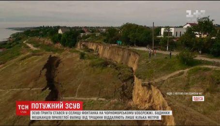 Через зсув ґрунту під Одесою обвалилася ділянка дороги та електростовпи