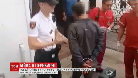 В одной из парикмахерских Одессы в очереди подрались полицейский и иностранец