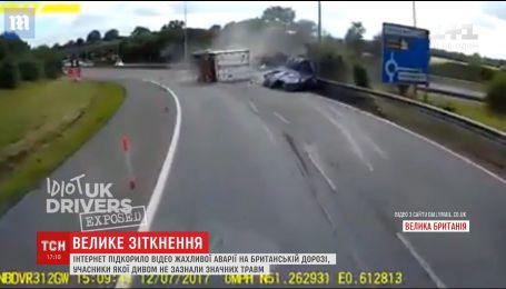 В Великобритании водители фуры и микроавтобуса чудом выжили в жуткой ДТП
