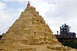 Египетский Сфинкс и могила Пресли: в Германии скульпторы соорудили гигантскую башню из песка
