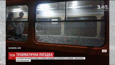 В Соломенском районе столицы неизвестные обстреляли трамвай