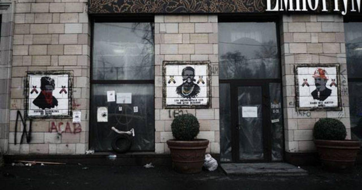 На Грушевского уничтожили известные граффити времен Майдана