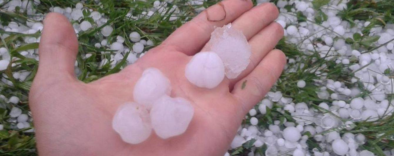 Погодный апокалипсис на Прикарпатье: улицы ушли под воду, град побил урожай и машины