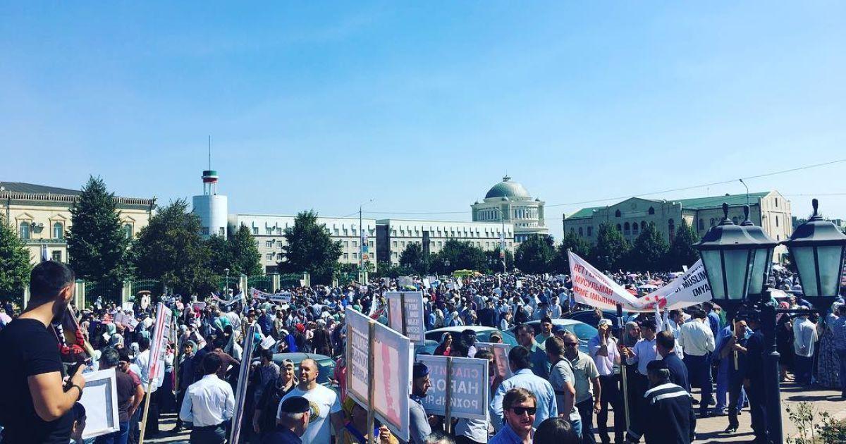 Люди зібралися на площі у Грозному