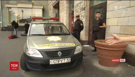 Служба охраны на Грушевского охраняет здание, на которой стерли революционные портреты