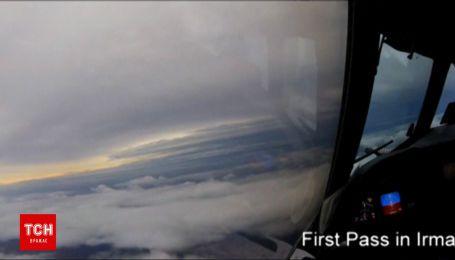 """Стихія розростається: формування урагану """"Ірма"""" зняли з літака"""
