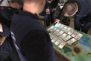У Чернівецькій області керівника філії облавтодору спіймали на 10 тис. грн хабара
