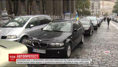 Власники машин на іноземних номерах влаштували в Києві транспортний колапс