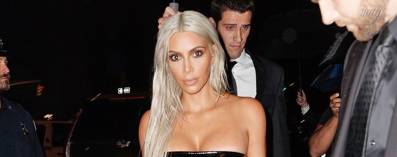 Эффектная блондинка: Ким Кардашьян подчеркнула сексуальные формы латексным платьем