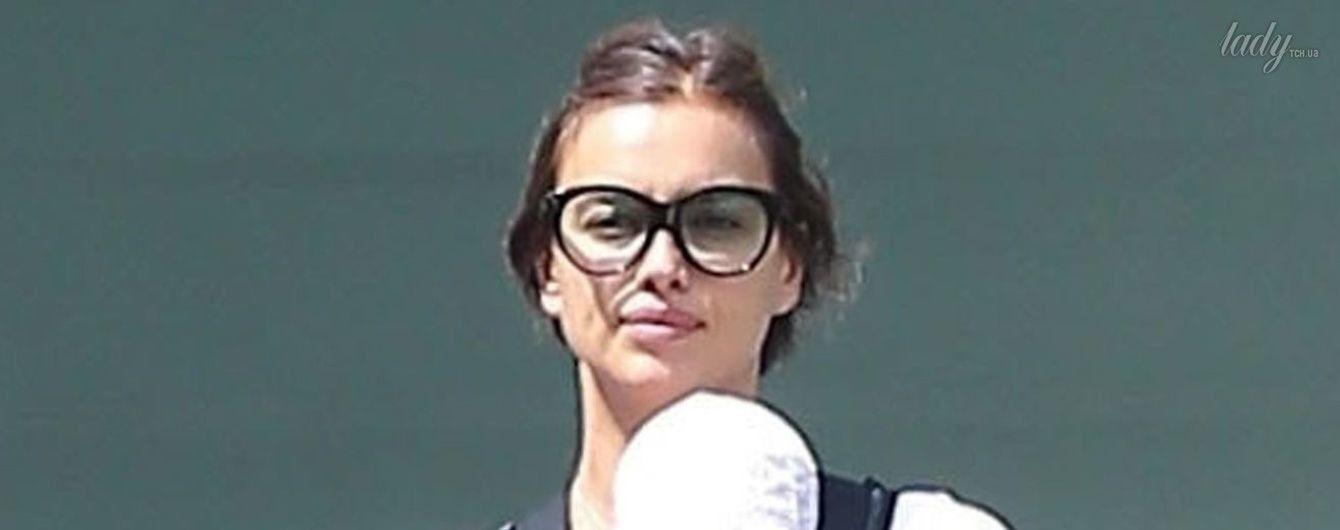В спортивках и с ребенком в рюкзаке: Ирина Шейк на прогулке с дочерью в Лос-Анджелесе