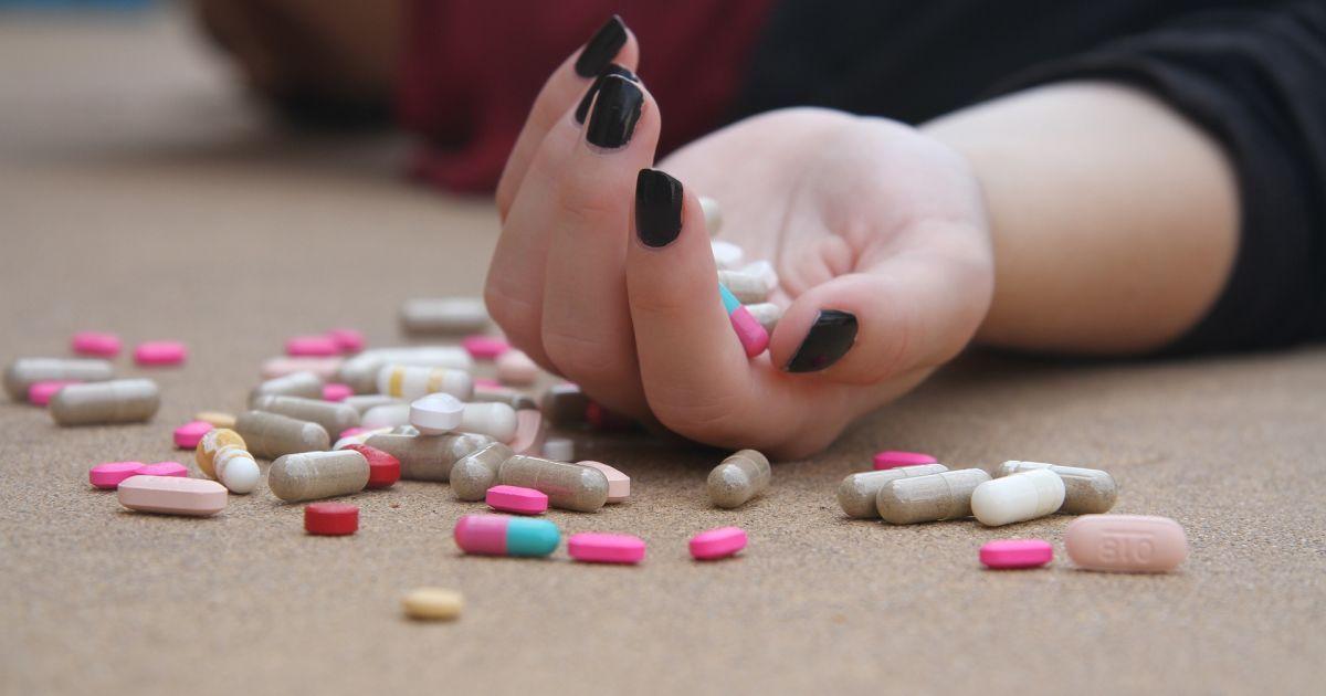Хотела пропустить уроки: в Донецкой области 15-летняя девушка наглоталась таблеток