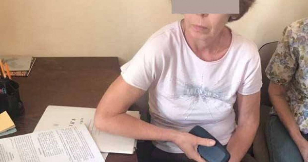 В Мариуполе почетную музейницу осудили за передачу картин в оккупированный Крым