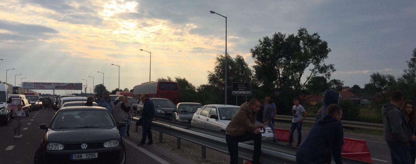 """Сотні машин на кордонах із ЄС: у західних регіонах України виникли """"святкові"""" черги"""