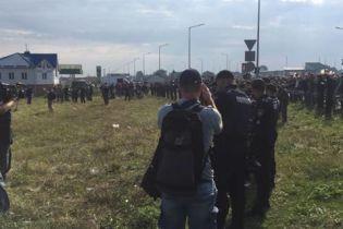 """Газовые баллончики и пистолет. Полиция остановила уже более сотни человек в камуфляже у """"Краковца"""""""