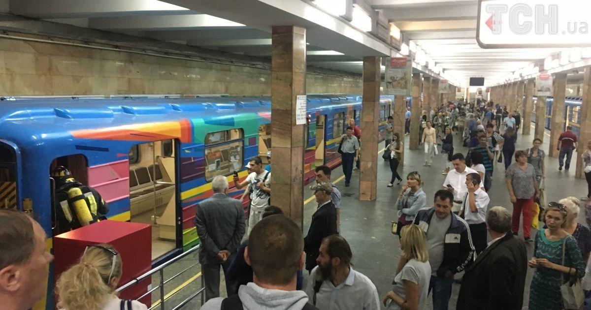Машиніст зайшов в вагон і попросив вогнегасник: у Мережі з'явилося відео гасіння задимлення у київському метро