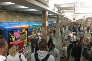 Машинист зашел в вагон и попросил огнетушитель: в Сети появилось видео тушения задымления в киевском метро