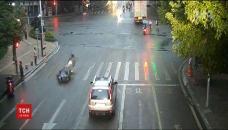 У Китаї мотоцикліст та велосипедист потрапили у вражаючу аварію