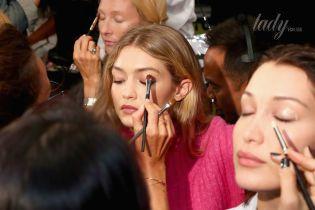 За кулисами Нью-Йоркской недели моды: топ-модели на макияже
