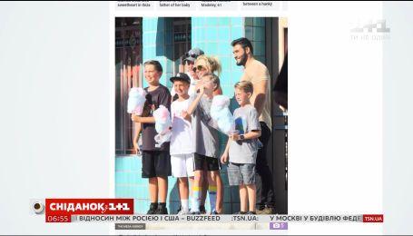 Бритни Спирс с бойфрендом и двумя сыновьями посетили Диснейленд