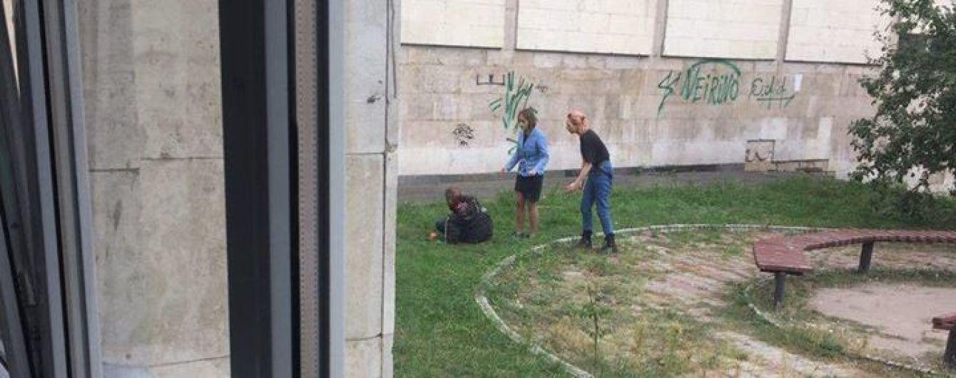 В Киеве мужчина перерезал себе горло из-за потери работы