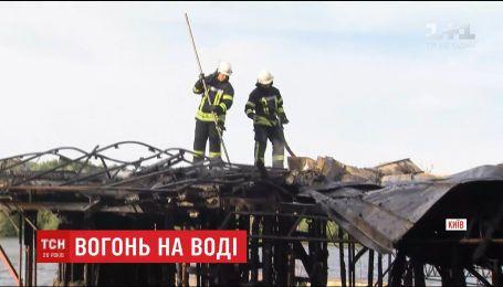 В Киеве спасатели 3 часа тушили пламя, охватившее дебаркадер