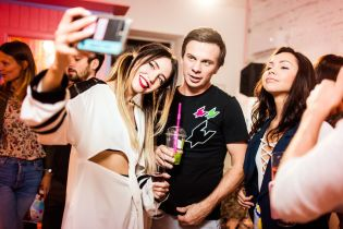 Кольорове шампанське, рожеві кульки та блискітки: Надя Дорофєєва відкрила шоурум у центрі Києва