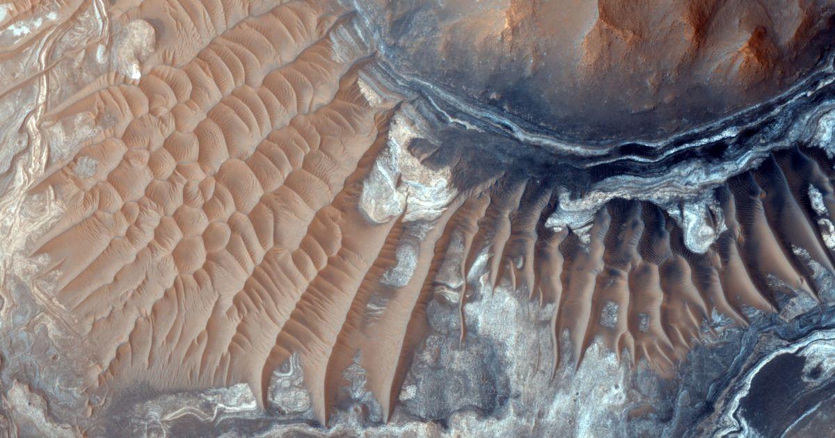 Орбитальный аппарат делает крупномасштабные фотографии марсианской поверхности.