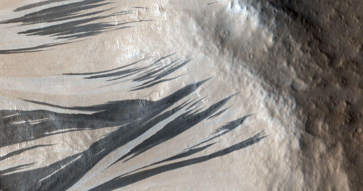 Фото сделаны с помощью зонда Mars Reconnaissance Orbiter.