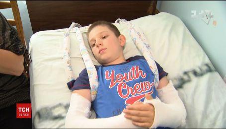 В Полтаве пятиклассник в школе сломал две руки и получил компрессионный перелом двух позвонков