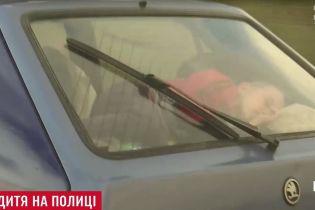Неизвестный водитель под Киевом шокировал перевозкой малыша в багаже