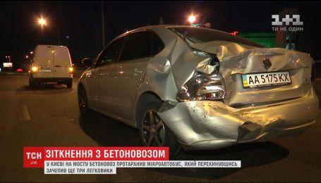 Біля столичного метро Петрівка бетоновоз протаранив газель