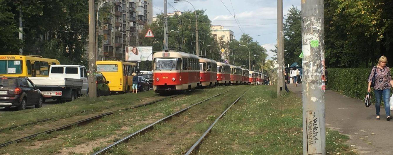 У Києві жінка потрапила під колеса трамвая