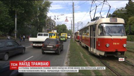 Пожилая женщина попала в больницу после того, как ее зацепил трамвай на Куреневке