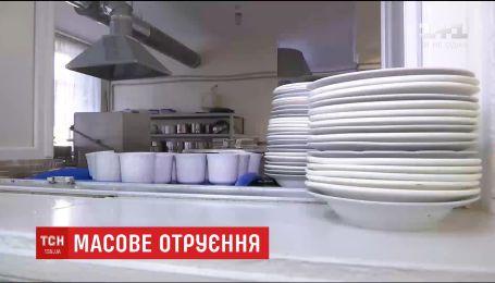 Сотні дітей отруїлись у одній з київських гімназій