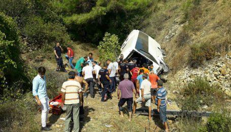 В Турции автобус с туристами сорвался со скалы: СМИ сообщают о погибших и раненых