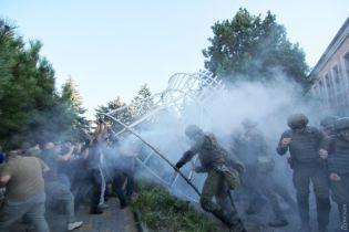 """Дело """"2 мая"""": В Черноморске возле суда произошли стычки, правоохранители применили слезоточивый газ"""