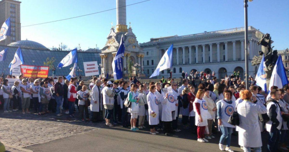 В центре Киева тысячи врачей вышли на митинг против медреформы, полиция перекрыла улицу Грушевского