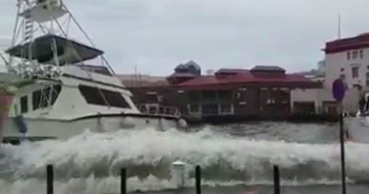 """Потеряли все. Власти Доминики рассказали о последствиях от сокрушительного урагана """"Мария"""""""