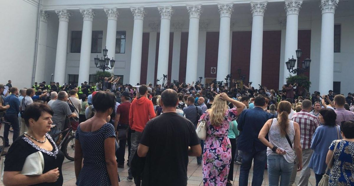 Люди протестуют под горсоветом @ ГУ Национальной полиции в Одесской области