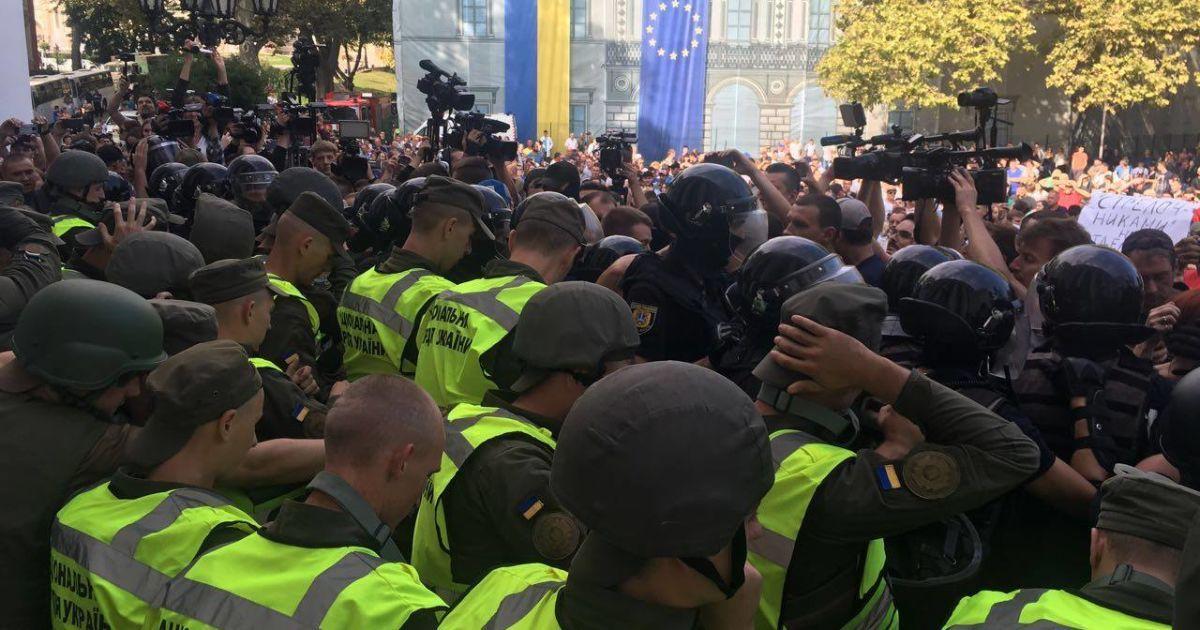 В столкновениях под горсоветом Одессы пострадали 36 правоохранителей