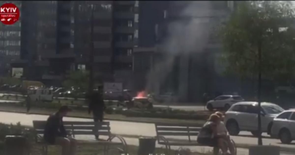 На Днепровской набережной в Киеве загорелось авто
