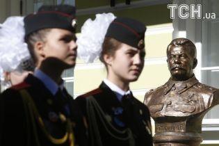 Селфи со Сталиным: как в Москве открывали аллею вождей СССР