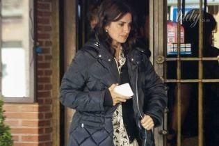 В пальто и босоножках: Пенелопа Крус в странном образе появилась на съемках в Мадриде