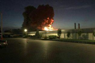 """У Білій Церкві сильний вогонь атакував виробничі приміщення фармацевтичного заводу """"Біофарма"""""""