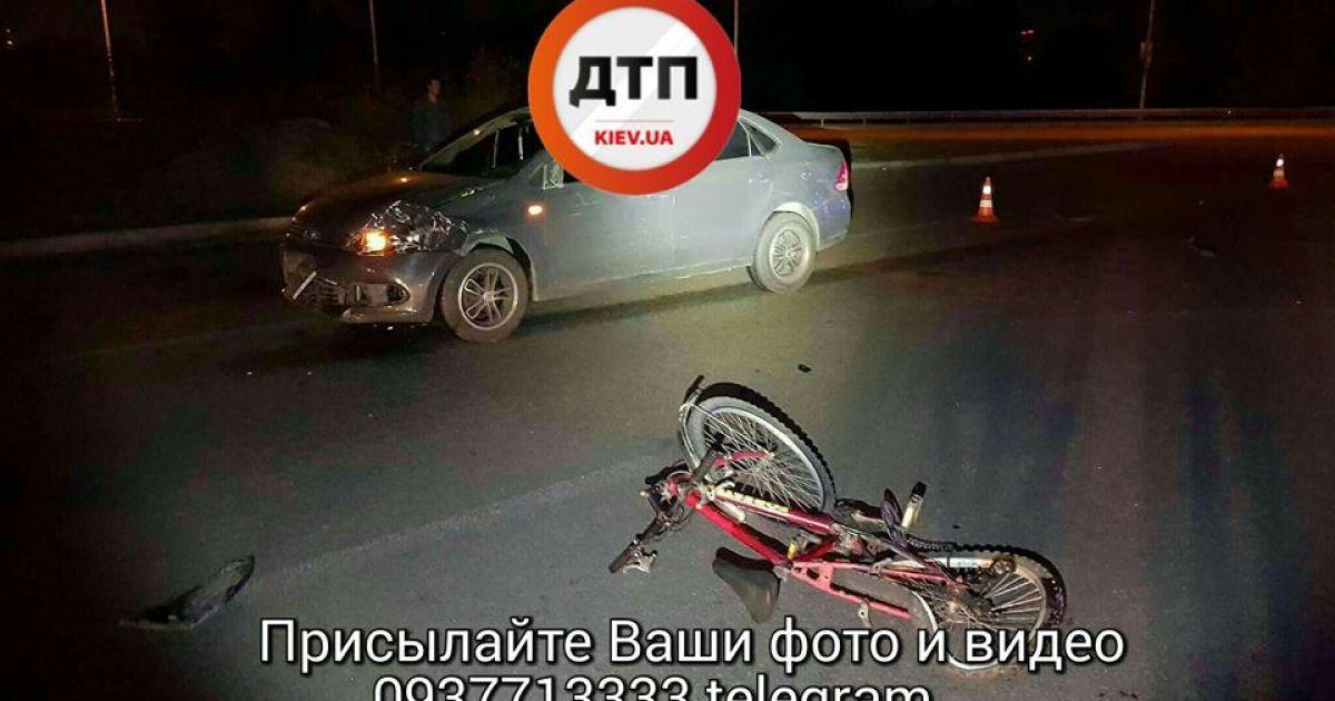 В Киеве водитель Volkswagen сбил велосипедиста, который ехал ночью без светоотражающих значков