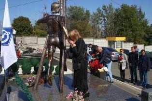 """У Києві відкрили пам'ятник динамівцю Андрію Гусіну, який трагічно загинув на """"Чайці"""""""