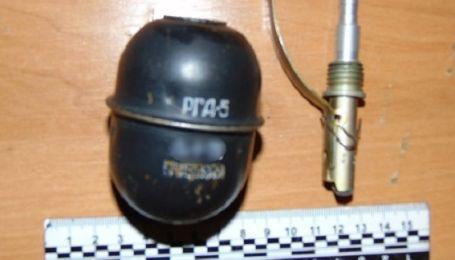 В Киеве мужчина избил жену и угрожал взорвать гранату в кафе
