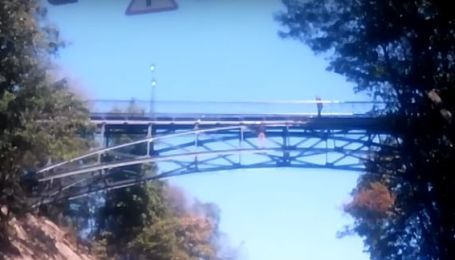 Мужчина, который угрожает прыгнуть с моста, находится в состоянии опьянения